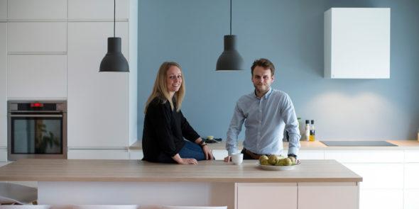 Bilde av Simen og Turid på sitt Nettoline kjøkken